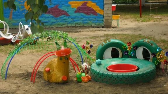 Фото оформление детской площадки своими руками из подручных материалов
