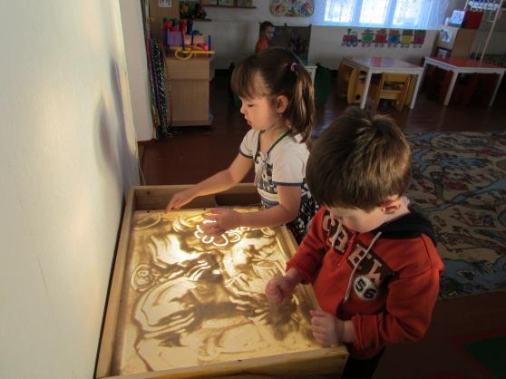 Дошкольники рисуют песком