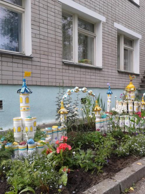 Поделки из пластиковых бутылок возле дома