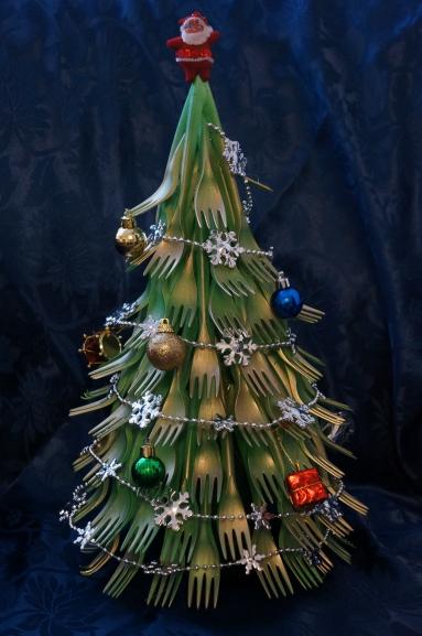 Как сделать елку из пластиковых вилок