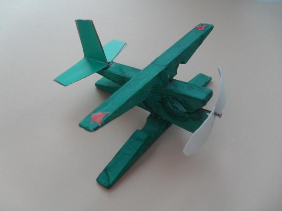 Самолет из прищепок