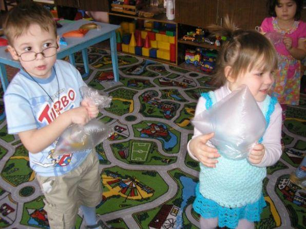 ребенок ловит рукой невидимое