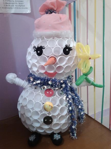 Как сделать маленькую голову снеговика из пластиковых стаканчиков