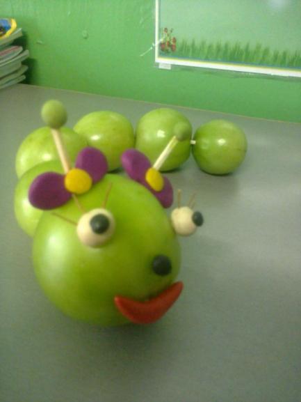Гусеница из помидоров поделка