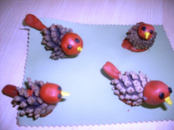 Поделки из пластилина и шишек птицы