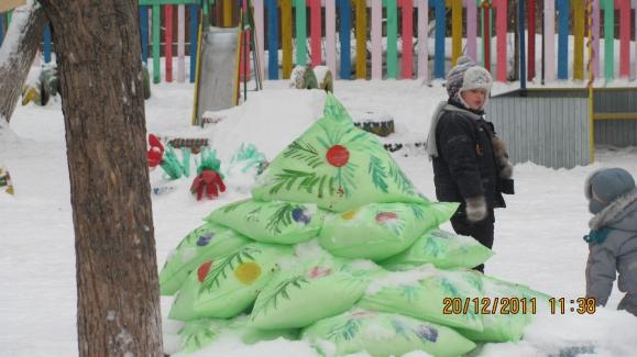 Снеговик из пакетов для мусора своими руками