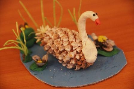 Поделки из шишек лебеди фото
