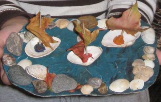 Поделка из камней и листьев