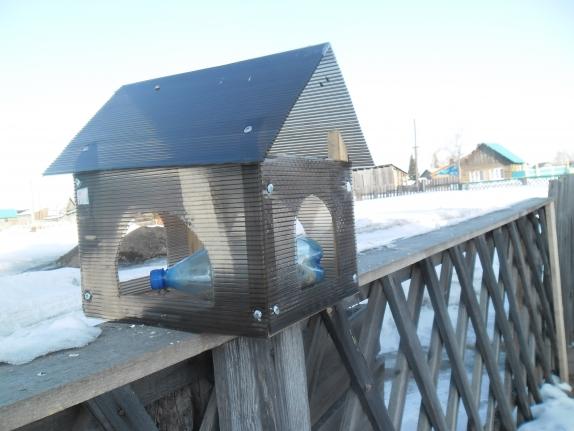 Кормушка из панелей для птиц