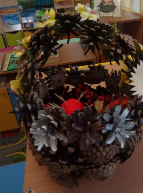Поделка в детский сад корзинка из шишек 45