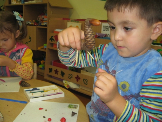 Поделки из шишек занятие для детей младшей
