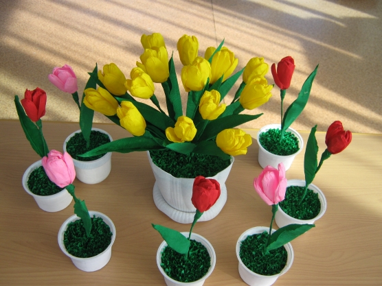 Цветы из гофрированной бумаги ...: www.maam.ru/detskijsad/cvety-iz-gofrirovanoi-bumagi-tyulpany-i...