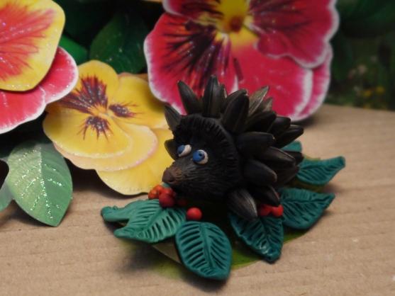 «Ёжик»— поделка из пластилина и семечек