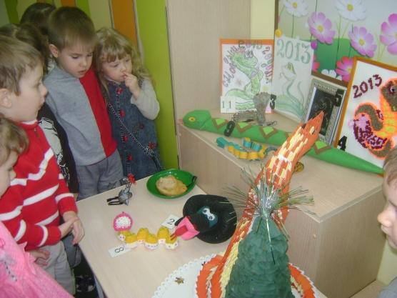Выставка семейных работ к новогоднему празднику «Змея 2013»