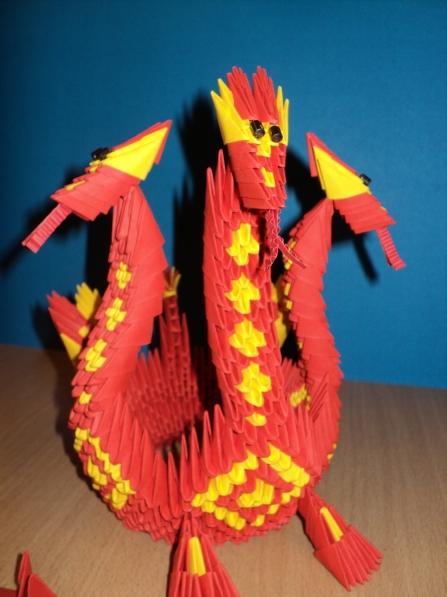 Мы с воспитанниками подготовительной группы решили смастерить символ 2012 года из бумаги в технике модульного оригами.