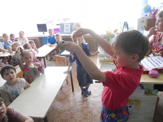 В детском саду в феврале дети стали готовится к празднику пап и мам.  И мы предложили детям бисероплетение.