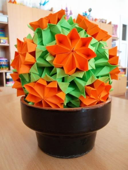 Вот такую примулу я выполнила в технике модульное оригами из модулей кусудум к празднику 8 Марта.