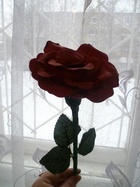 Я, как то давно слышала, что из одноразовых ложек делают цветы.  В том числе и можно сделать розу.