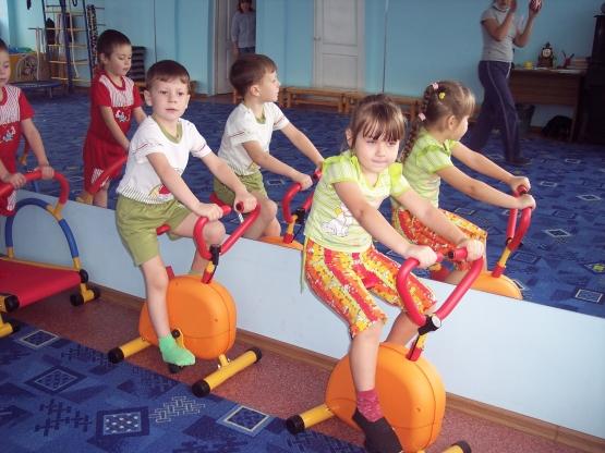 ...развивать творческие способности в придумывании упражнений для утренней зарядки. приобщить детей к регулярным...