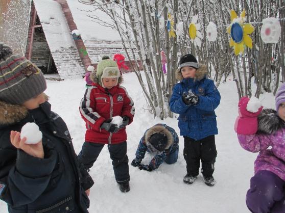 Как дети играют в снежки 59