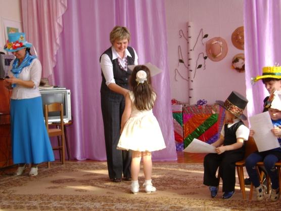 """Наша шляпка, получила номинацию  """" Шляпка...  Мы рассказали стихотворение: Славная, милая шляпа на крошку."""