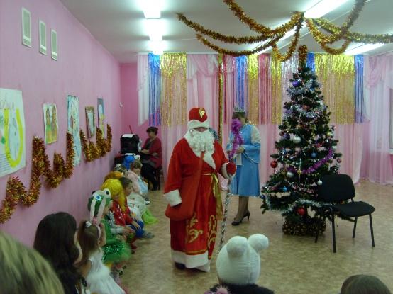 «Как Баба Яга у Деда Мороза валенки украла». Фотоотчет о новогоднем празднике в средней группе