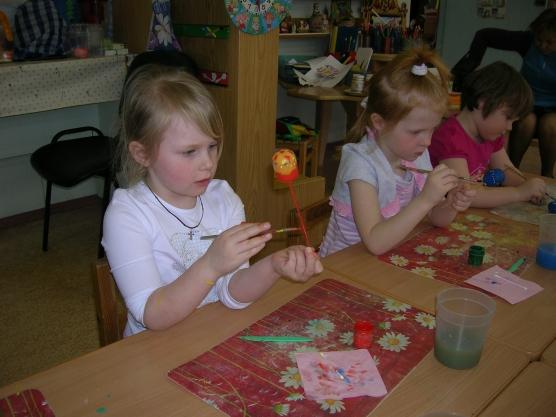 «Как мы готовились к Пасхе» (сувениры к празднику, выполненные детьми).
