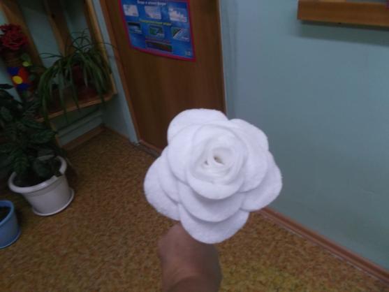 Поделка розы из ватных дисков