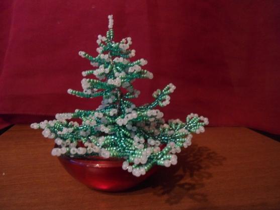 """Но новогоднее волшебство не заканчивается и впереди нас ждет чудесный.  Подарок к Рождеству """" (ёлочка из бисера)."""