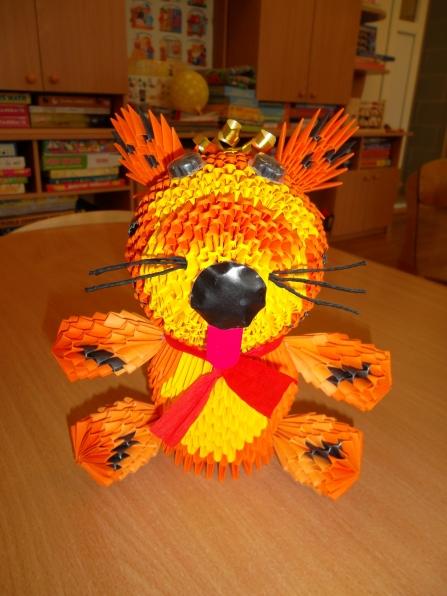 Вот такого тигрёнка мы сделали с ребятами в технике модульное оригами.  Треугольных модулей для его изготовления...