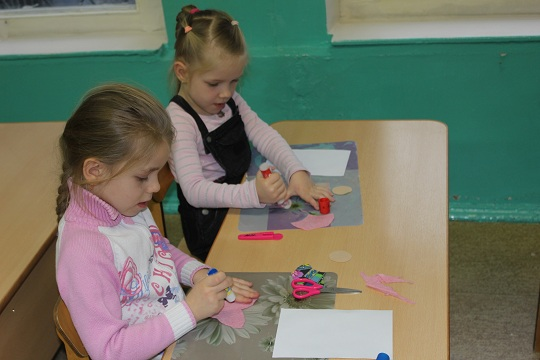 Дети делают поделки рисунок 53