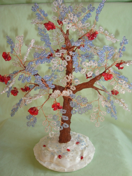 """Хочу поделиться с вами своей новой работой по изготовлению дерева из бисера и коралла  """"Зимняя рябина """"."""