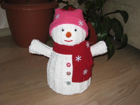 Снеговики из газетных трубочек мастер класс