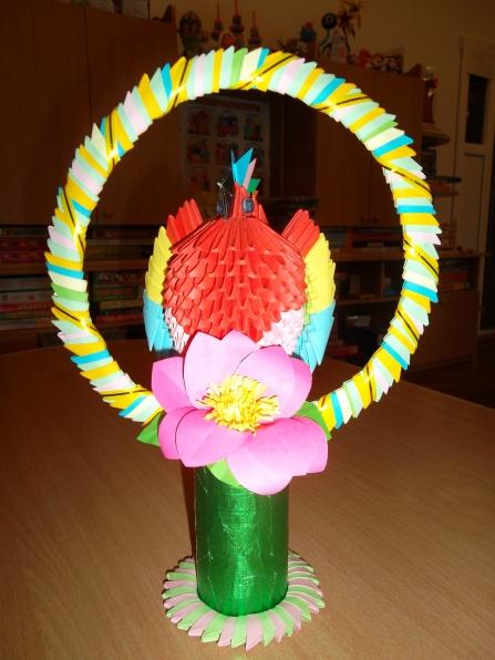 В нашей группе поселился попугай.  А вернее мы его сделали вместе с ребятами в технике модульное оригами.
