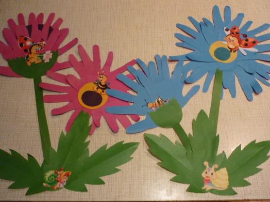 Открытка с цветком из ладошек