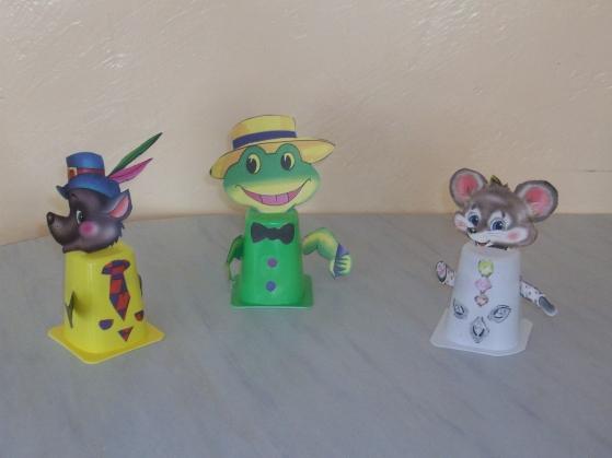 С детьми подготовительной группы, мы сделали игрушки для кукольного театра.  Основой служит стаканчик из под йогурта.