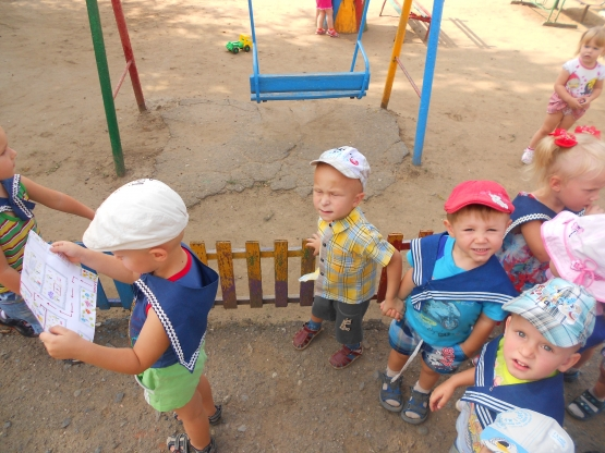 воспитатель знакомит детей с детским