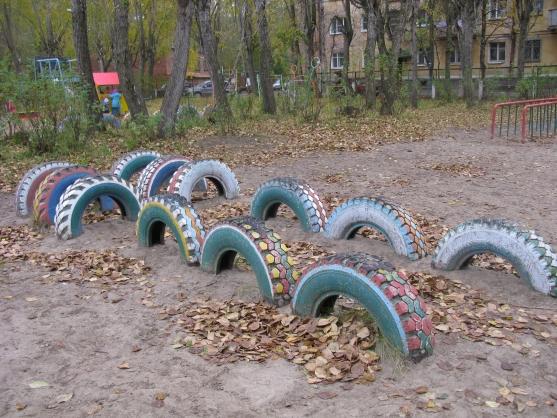 Поделки на участке детского сада
