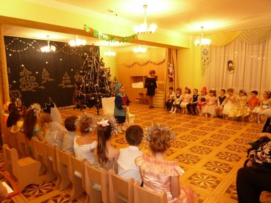 Сценарий новогоднего утренника в ДОУ для подготовительной к школе группы «Новогодние краски»