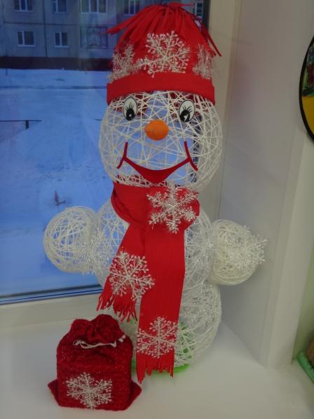 Снеговик из ниток и клея пошагово
