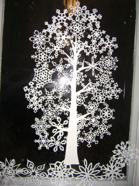 Украшение из снежинок на окно к новому году