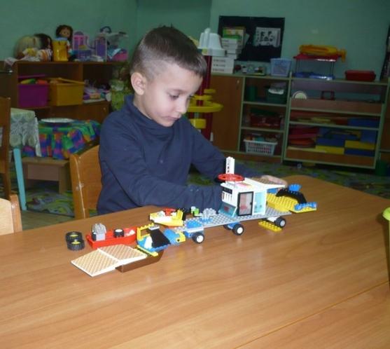 Ребенок конструирует фото
