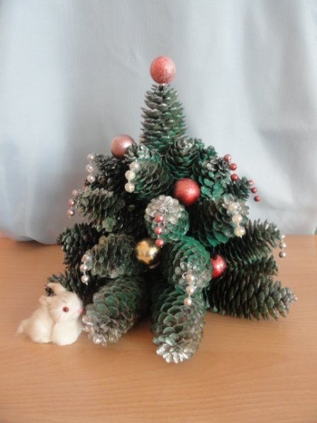 Опубликовано: 20 декабря 2012.  Елочка из еловых шишек. преддверии Нового года почти во всех детских садах проходит...