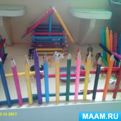 Мастер-класс «Домик с заборчиком для домашних животных из карандашей»