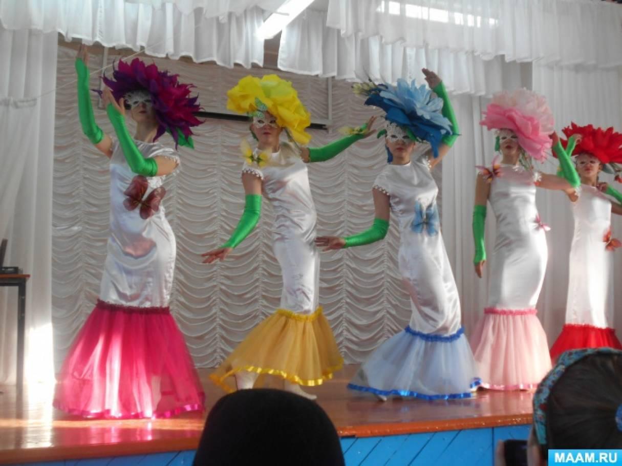 Фотоотчёт о выступлении художественного коллектива «Театр моды» на сцене сельского ДК.