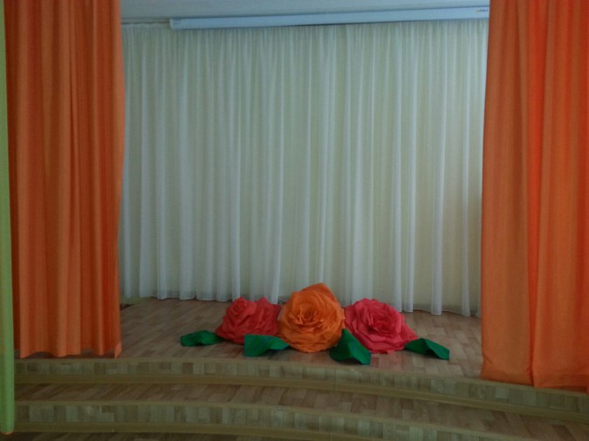 Огромный букет роз из гофрированной бумаги для спектакля «Стрекоза и муравей»