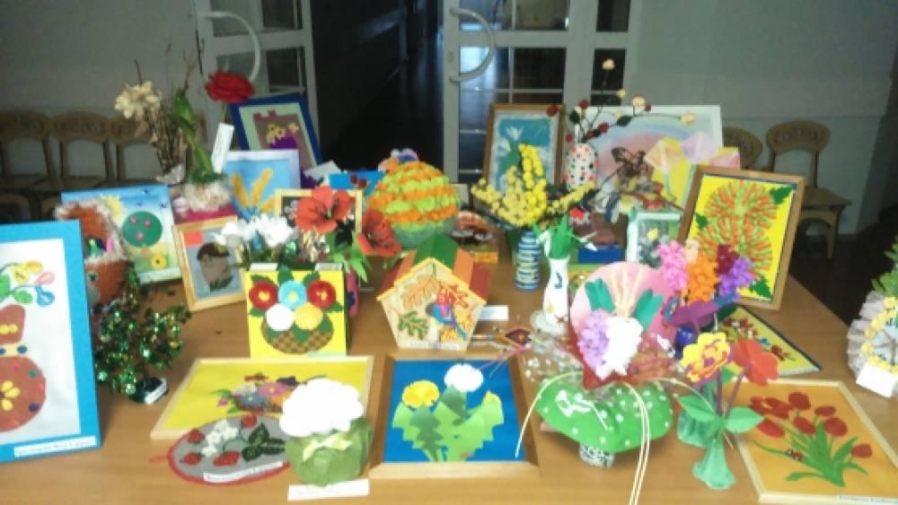Фотоотчёт с выставки творческих работ детей «К нам весна шагает быстрыми шагами»