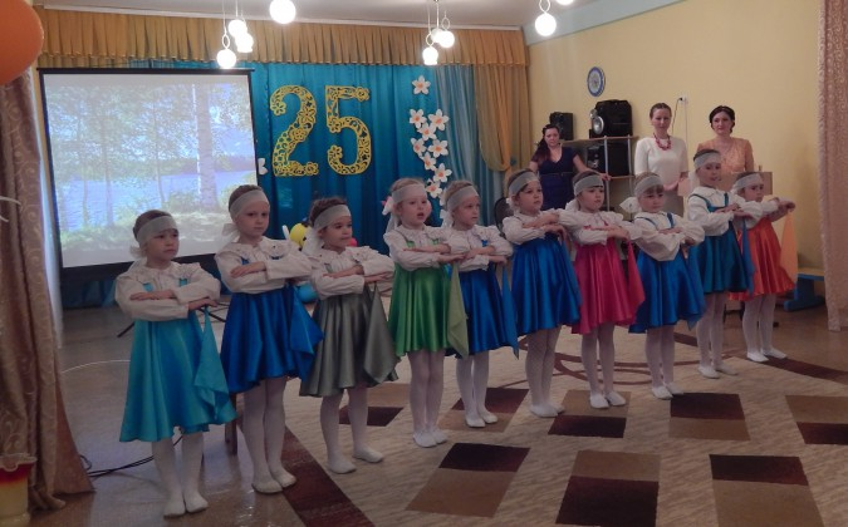 Детский хоровод «Гляжу в озёра синие» (исполняют девочки подготовительной к школе группы).