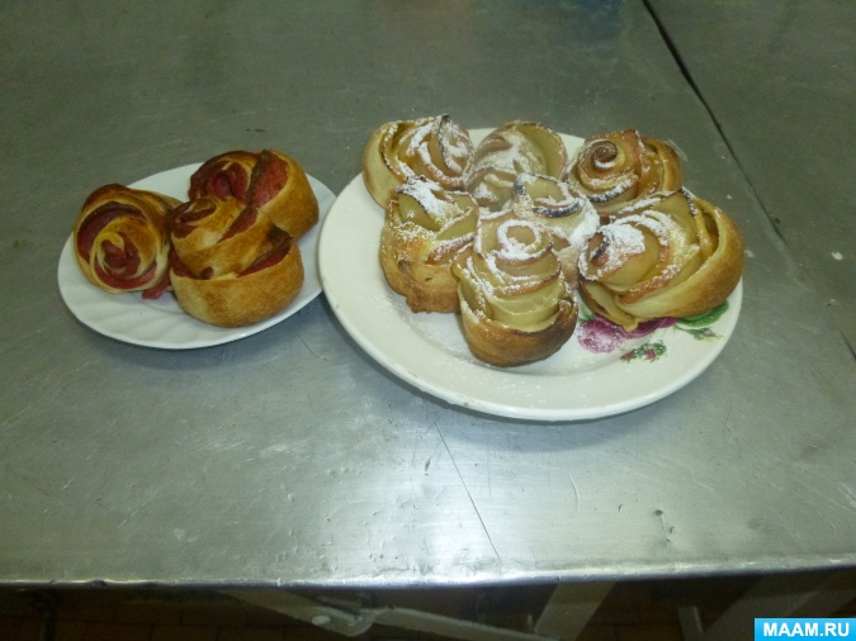 Фотоотчет о кулинарном мастер-классе для родителей «Розочки из слоеного теста с яблоками и корицей»