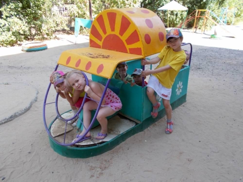 Поделки машины на участке детского сада